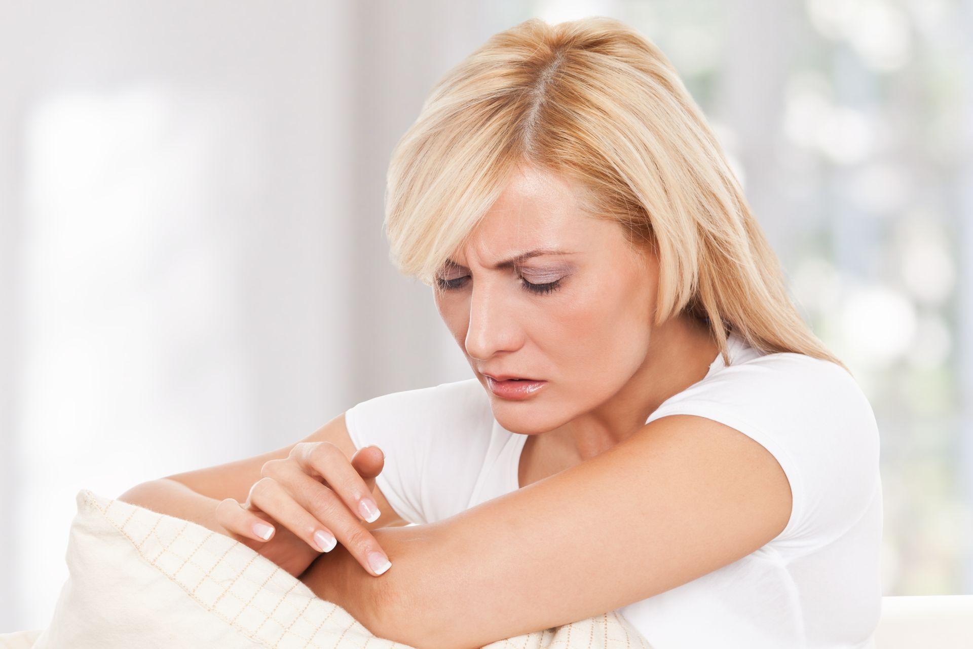 Frau mit atopischer Dermatitis