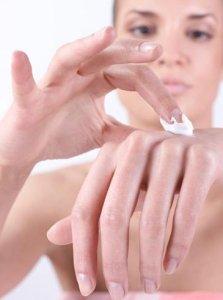 Feuchtigkeitsspendende Cremes helfen bei Neurodermitis